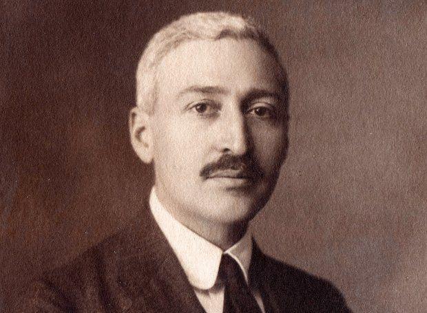 Ίων Δραγούμης (1878 – 1920): Διπλωμάτης, πολιτικός και συγγραφέας. Aνάλωσε τη ζωή του στην προάσπιση των εθνικών υποθέσεων, μέχρις ότου πέσει και ο ίδιος θύμα του Εθνικού Διχασμού το 1920.