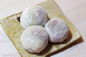 Daifuku Mochi | Recetas Japonesas en español!  Ingredientes: 250g de harina de arroz glutinoso 100g de azúcar 300 ml de agua Almidón de patata o maizena Para el relleno: Desde chocolate, fruta, helado, crema, nocilla, mermeladas, lo que más te guste. El tradicional se rellena con anko. Receta de Anko (pasta de judía roja azuki) Receta de Mochi aisukurimu (Mochi rellenos de helado) Receta de Ichigo daifuku Mochi (mochi relleno de anko y fresa) - Elaboración: 1. Pon la harina y el azúcar en…
