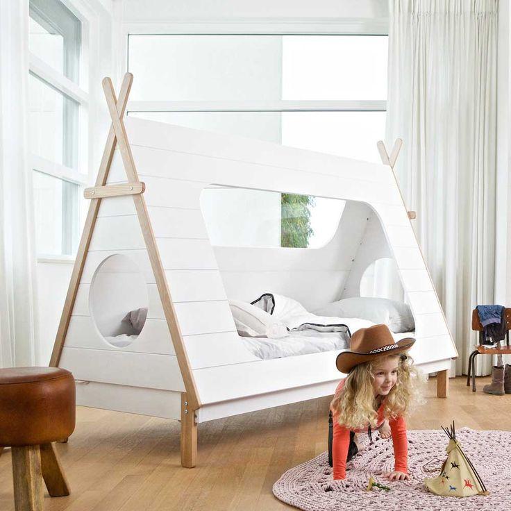 Tipi Bett in Weiß aus Kiefer Massivholz auf  Pharao24.de entdecken. Tolles, ungewöhnliches Indianer Kinderbett in Zelt Form. Weiß und Naturfarben. Hier finden: http://www.pharao24.de/tipi-bett-lioscas-in-weiss-aus-kiefer-massivholz.html#pint
