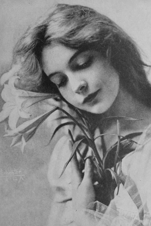 Lillian Gish photographed by Carpenter, 1916
