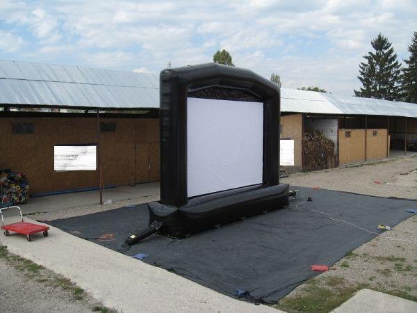 Oppblåsbar storskjerm medium. Vises frem på minimessen Storskjerm medium. Passer for opptil 150 seere 5,8 m (H) x 7 m (B) x 1.5 (m)D