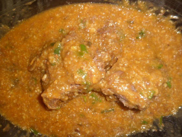 2 kg carne coxão mole (1/2 peça)  - 1 litro de água  - 3 tabletes de caldo de costela  - 2 cebola  - Salsinha ou coentro  - 3 dentes de alho amassados  - 1 limão  - 2 pitada de sal  - 1/2 copo americano de farinha de mandioca  -