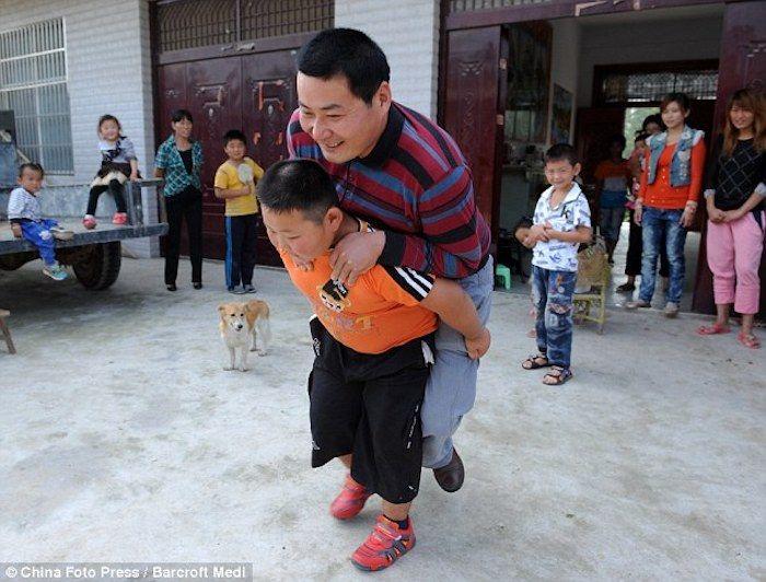 Yang Jinlong Con Su Padre En La Espalda Este Niño Tiene Una Fuerza Fenomenal Los Niños Más Fuertes Del Mundo Mas Fuerte Niños Fuerte