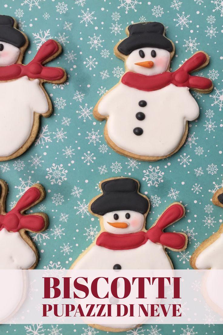 Biscotti a forma di pupazzo di neve decorati con la ghiaccia reale.
