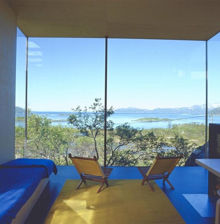 ET OPPSIKTSVEKKENE INTERIØR: Hytta til arkitekt Gisle Løkken åpner seg mot fjorden, fjellene - og om vinteren mot nordlyset som kan flamme over hele horisonten.  FOTO: Espen Grønli