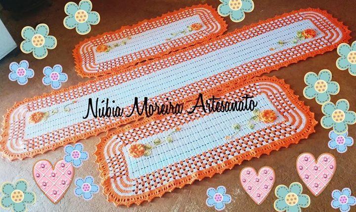 Jogo de cozinha de três peças em crochê feito em duas cores.  Com aplicação de flores.  Tamanho dos tapetes: 1 com 2 metros, e mais 2 com 1 metro cada.  Faço em outras cores e tamanhos( valor a combinar).