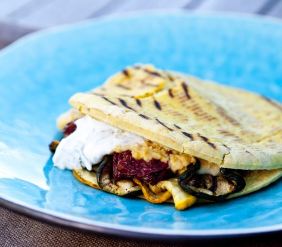 Grillat pitabröd med kikärtsröra, soltorkade tomater och grillad zucchini samt myntayoghurt | Recept.se