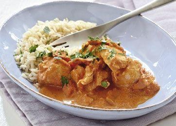 Få opskriften på let og lækker paprikagryde, der smager fantastisk af kylling, bacon og paprika. Gryderetten er helt perfekt i en travl hverdag