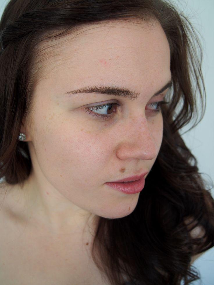 Noniin! Tänään kokeilin Anti Tiredness Beautifying Daily Carea. Ystävävi Virpi pisti kotikuvausstudion pystyyn ja napsittiin pari ennen ja jälkeen -kuvaa. Eka kuva on myös lähtötilanne ennen kuin aloitin testauksen.Voide levittyi hyvin iholle, tosin se tuntui aluksi hieman liian rasvaiselta. Sävy jäi myös hieman keltaiseksi omaan pakastekalkkuna-ihonsävyyni nähden.Kokeilin päälle ysinkertaista meikkiä (ilman lisämeikkipohjaa) ja mielestäni toimi ihan hyvin sellaisenaankin