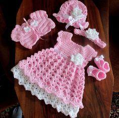Lindo vestido color rosa y sus accesorios, botines gorro, cintillo y bolero.