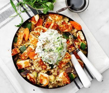 Smakrik och mättande halloumisallad, som dessutom är både enkel och snabblagad. Tärna halloumin och stek den frasig i lite olivolja. Vänd ner osten i den ljumma salladen av bulgur, lök, morötter och zucchini och servera tillsammans med rivig rucola och syrlig citron- och gurkröra. Perfekt vardagsmat!