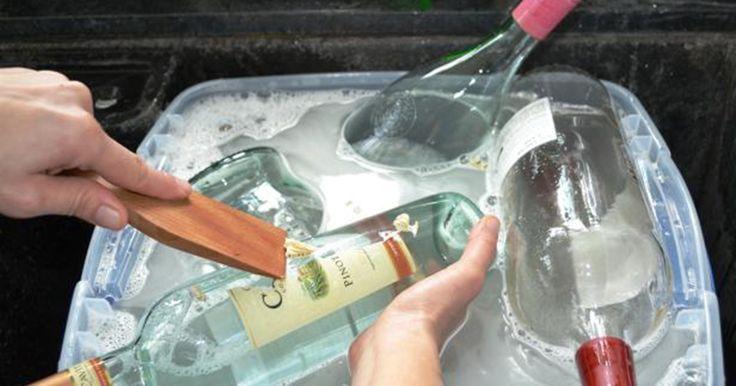 Hon börjar diska gamla vinflaskor och förvandlar dem till någonting vackert som alla kan göra själva.