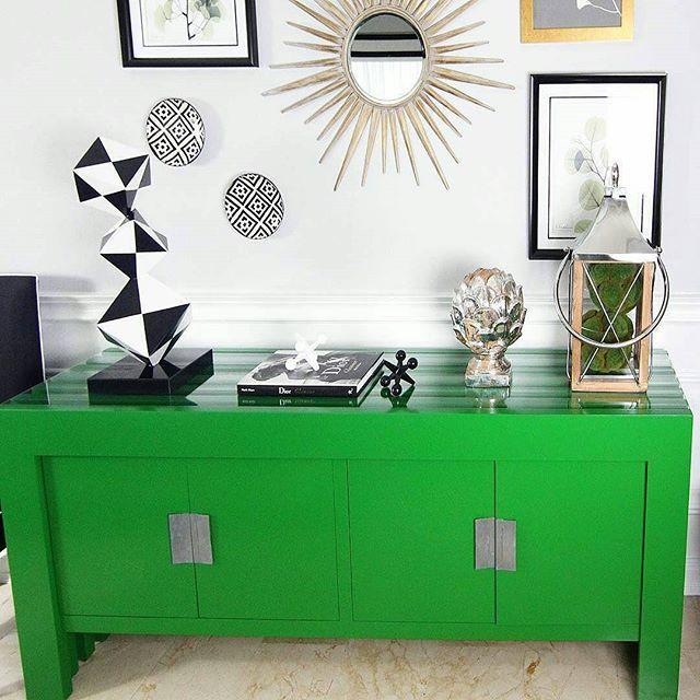 Reporte de Color  🍃Verde que te quiero Verde: El color del 2017 es el #Greenery según @pantone! El verde significa comienzos y está inspirado en la naturaleza.  Este tono influenciará las  facetas del diseño, arquitectura, decoración de interiores, moda, comida y viajes. A mí en lo particular me encanta esta tonalidad y ha formado parte de varios de mis proyectos.🍃 #ColorOfTheYear #2017 #Green #Design #Decor #KFdecor #KFstyle #KF