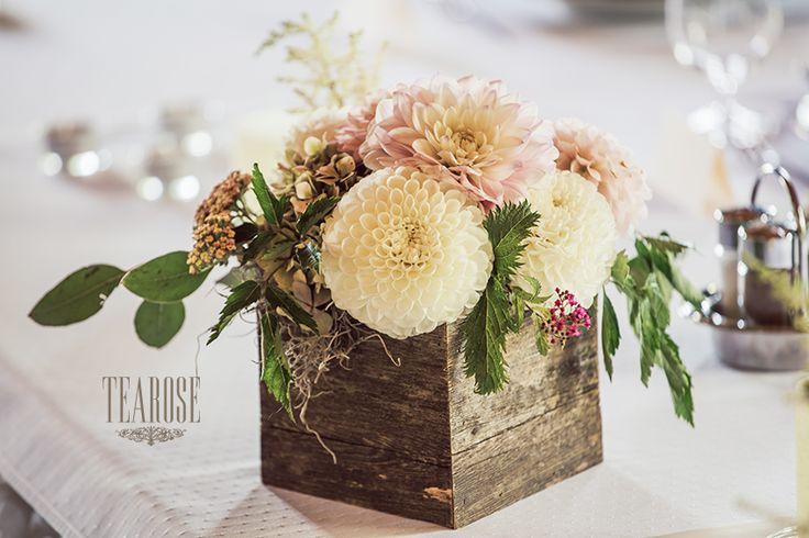 Elegáns erdei-mezei esküvő asztaldekorációja