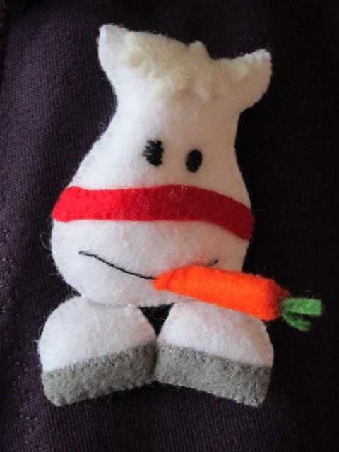 broche amerigo/americo, het paard van Sinterklaas, van vilt. Met gratis patroon van Septemberspring.