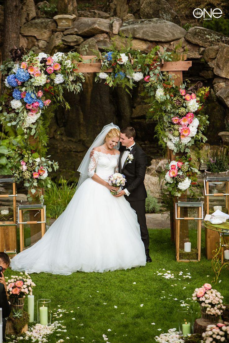 счастливые молодожены, свадьба, церемония, декор, свадебная арка, свадебная церемония, фотосессия, платье, невеста, жених. the happy couple, wedding, rustic, ceremony decor, wedding arch, wedding ceremony, photoshoot, dress, bride, groom, kiss, love, beautifull