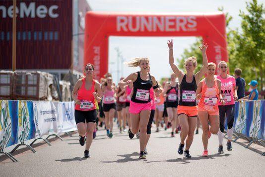 Het Berlijnplein in Utrecht vulde zich vandaag met bijna 1500 hardloopsters. De veelal in roze outfits geklede dames deden mee aan de achtste editie van de Ladiesrun Utrecht. Daarnaast werd tegelijk in Rotterdam, Eindhoven en Groningen voor Pink Ribbon gelopen en zo vormde deze steden met duizenden deelneemsters de Pink Running Day.