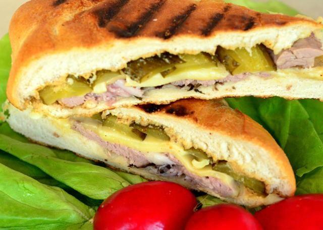 Expresia sandwich-ului cubanez nu este dată doar de conținut ci mai ales de pîinea cubaneză, care se diferențiază de franzela clasică prin prezența în aluat a unturii de porc și o cantitate ceva mai mare de drojdie