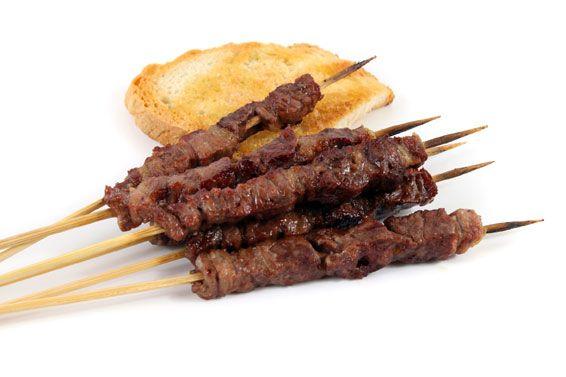 ARROSTICINI  Gli arrosticini di pecora sono un prodotto tradizionale della Regione Abruzzo, preparati con carne di ovino adulto tagliata a cubetti e infilata a mano in spiedini di legno. La frazione grassa della carne ne caratterizza il sapore e la tenerezza. Cotti alla brace e serviti caldi, non necessitano di altro condimento se non di un pizzico di sale.  Gli arrosticini originali direttamente a casa tua