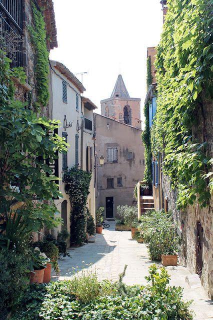 Grimaud village en Provence #golfesttropez www.visitgolfe.com