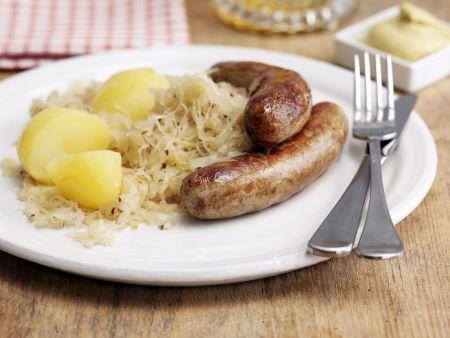 Bratwurst mit Sauerkraut und Salzkartofflen