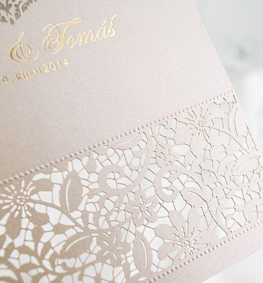 Krajkové svatební oznámení z perleťového papíru.