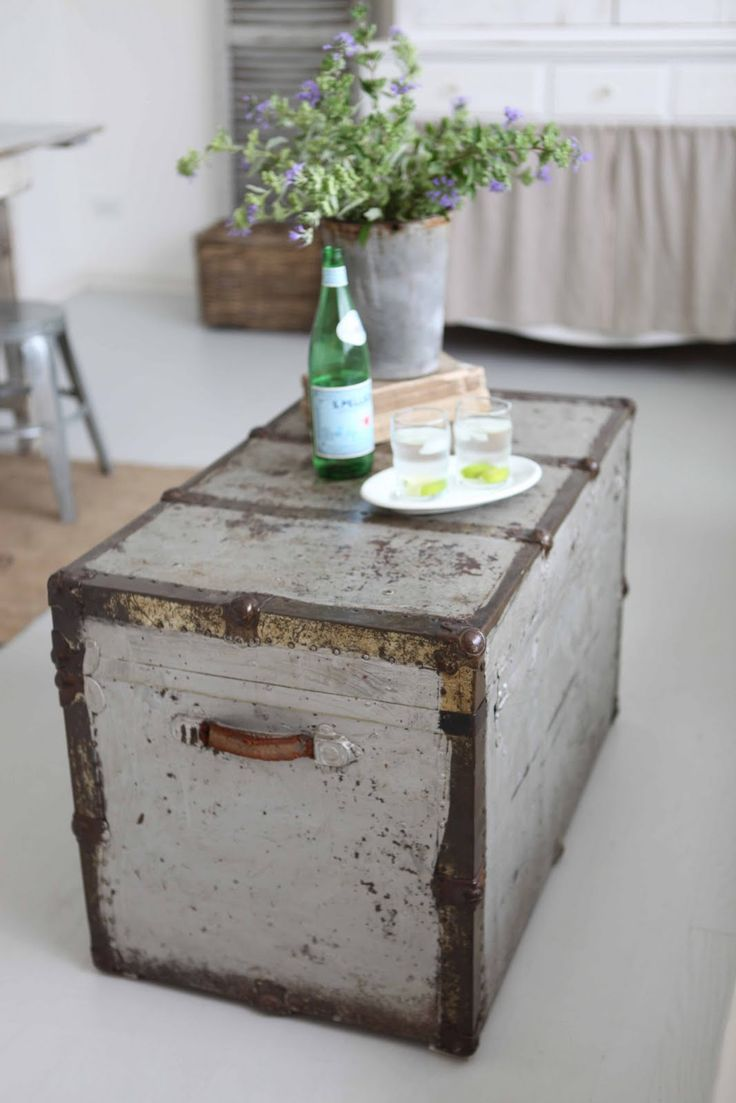 17 best ideas about trunk coffee tables on pinterest trunk table old trunks and storage trunk Old trunks as coffee tables