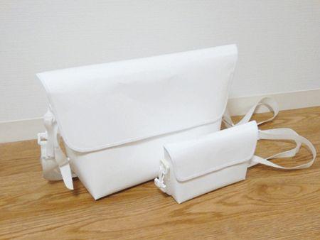 Paper Messengerbag    〈紙素材〉    カバン内部にはファスナーつきポケットをつけているので、  小物類も収納できます。  (ファスナーも「紙ファスナー(YKK社)」を使用しています)    付属の三点留めストラップをつけることで、  カバンが体に密着し、自転車などでも楽に使えます。    印刷のない無地のタイプは、鉛筆も消しゴムも使えるので  自分の好きなようにイラスト等を描くことができます。  ※水性ペンは弾いてしまうので、油性ペン等をご使用ください。  マスキングテープやシールなどを貼って、カスタマイズを  楽しむこともできます。    現在サイズは A4サイズの書類がそのまま入る Lサイズと  文庫本がおさまるポケットなしの miniサイズの  2種類の展開となります。  (miniサイズには三点留めが付属されません。)    その他のサイズがご希望の方はお問合せくださいませ。    印刷がない、紙そのものの白いタイプと、  印刷を施した総柄タイプ(外面のみ/中は無地白)での展開です。