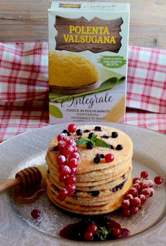 Pancake di polenta integrale con mirtilli e ribes rosso #PANCAKE #POLENTA #MIRTILLI #RIBESROSSO