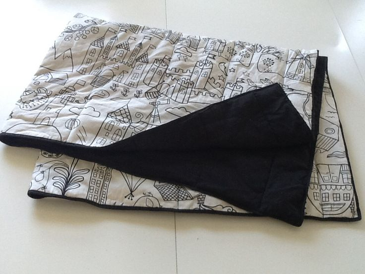 Snuggle-play-blanket made in cotton, with thin polyester stuffing. All materiels purchased at ikea. Meassures 100x140 cm