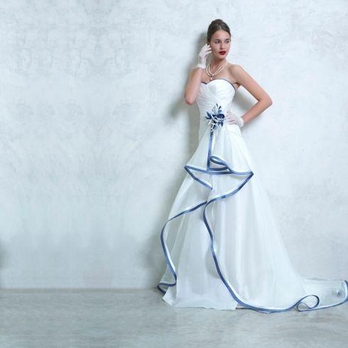Collezione sposa Magnolia - Bari - Creazioni Vela Modello con nastrini in raso blu.