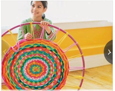 Runder Teppich gewebt auf Hula-Hopp-Reifen aus Streifen von ausrangierten  T-Shirts.