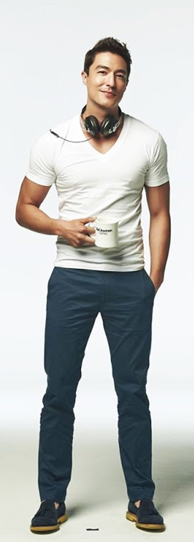 So schlicht geht Stil. Hose und Schuhe in der passenden Farbe, dazu ein einfaches V-Neck-Shirt in Weiß.
