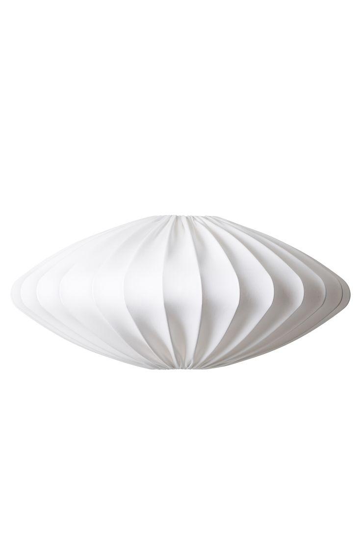Ellipse är som ett vackert rymdskepp. Lampskärmen ger ett bra generellt ljus och den är perfekt som taklampa i hall, vardagsrum eller sovrum. Takupphäng ingår ej. Finns i två storlekar. Höjd 30cm, diam 80cm.