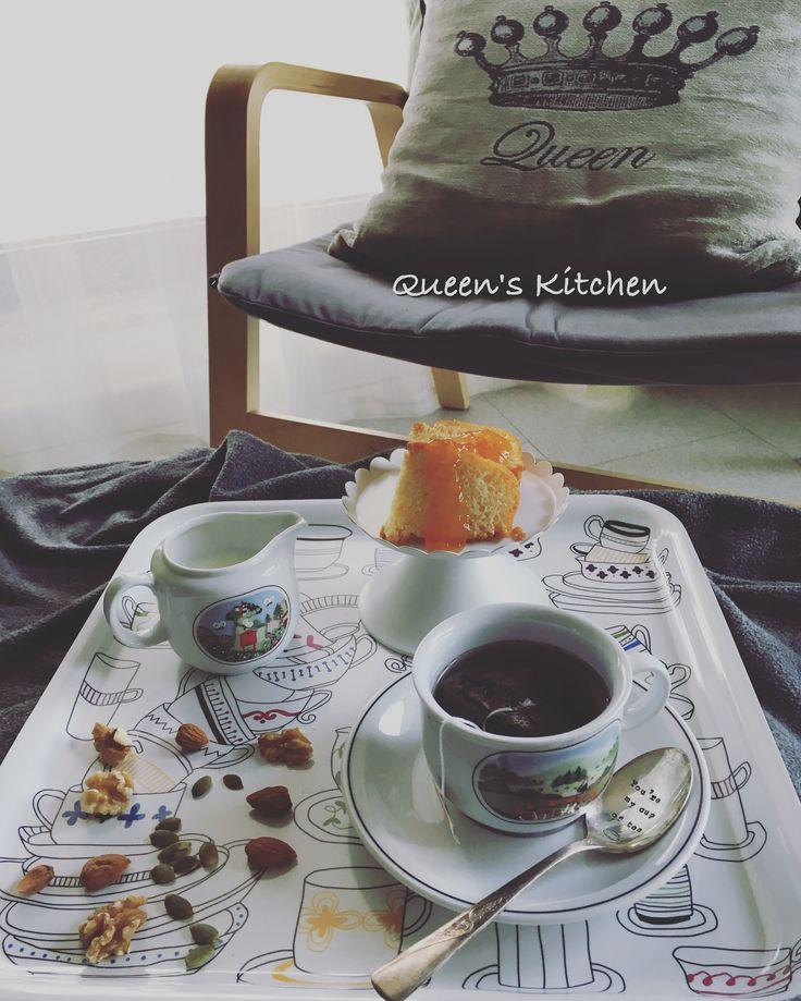 """""""Dopotutto, è talmente facile mandare in frantumi una storia.  Spezzare una catena di pensiero. Sciupare il frammento di un sogno, portato in giro con precauzione, come un pezzo di porcellana.  Lasciarlo stare, viaggiarci insieme è fra tutte la cosa più difficile da fare."""" Il Dio delle piccole cose  Arundhati Roy  #buongiorno con #tè caldo e #ciambella e un abbraccio a chi non ha più niente...😢☕️🍩❤🎈 {http://www.queenskitchen.it/muffins-allo-yogurt} #queensbreakfast"""