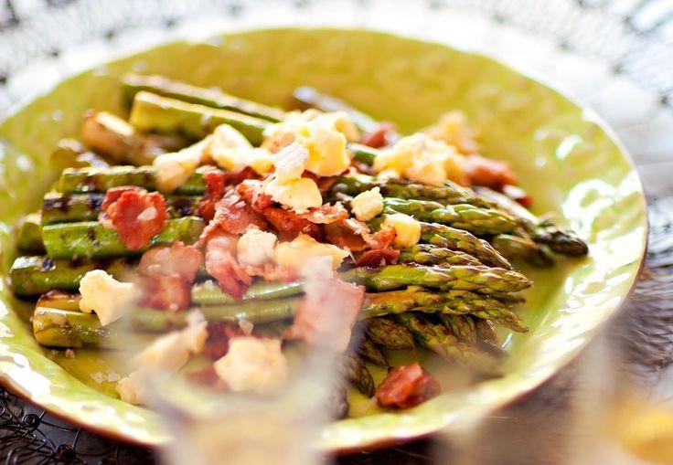 Grillet asparges med bacon og brie | Tara.no