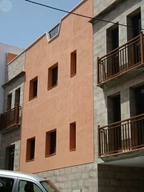 . Edificio nuevo de 6 viviendas con garajes privados - azotea comunitaria - cuartos de lavar privados - placas solares - balcon tipo canario en los dormitorios - armarios empotrados - dormitorios amplios - buenos accesos y todos los servicios caminando - ce