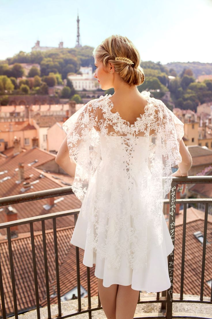 Ludivine Guillot, robe de mariée sur mesure à Lyon. Cape - dentelle - strass - robe courte - bustier - fluide - crêpe - jupe patineuse - tenue chic - élégant - rétro - bohème - Broderies - Vintage - wedding dress - bridal gown - lace - mariage civil - tendance 2017 2018 - dos - laçage - Tenue Mairie