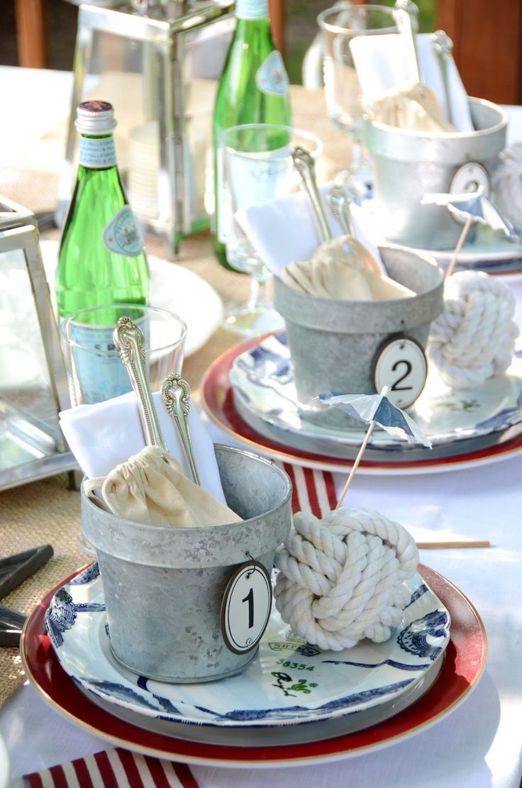 Una mesa muy náutica, me encanta el tiesto en el plato relleno de los enseres de la mesa y tarjeta señapuestos cordel marinero y servilletas marino de ralla fina!!!!