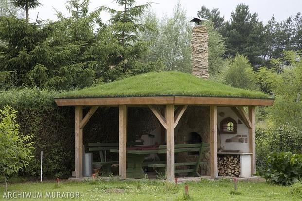 Altana z kominkiem zewnętrznym i zielonym dachem