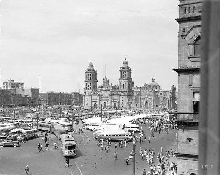 El Zócalo en los 50. Vista del Zócalo capitalino desde el edificio de la Suprema Corte de Justicia durante una manifestación de transportistas en la década de los cincuenta. Además de los autobuses de la época, también se aprecian los tranvías que tenían su base en un lado de la plaza.