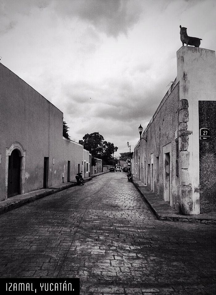 Izamal o Itzamal, en maya, que significa Rocío del cielo; también llamada Ciudad de las tres culturas, por su herencia de las épocas prehispánica, colonial y contemporánea.  (Foto Tumblr: ramonsoberanis).