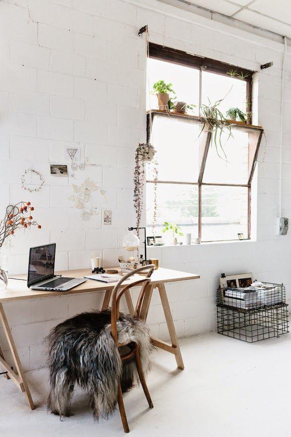 Observem esta janela, existem situações onde necessitamos da luz, porem a vista não é interessante, a abertura permite a ventilação e se torna um apoio para plantas e decoração Interior Styling | White + Wood (via Bloglovin.com )