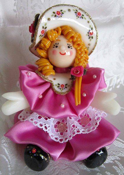 Bambola in pasta di mais con vestito fucsia di Piccoli Capricci di Mara su DaWanda.com