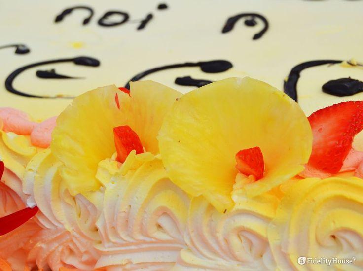 Vuoi decorare un grande dolce con fiori delicati? Ecco come: taglia l'ananas in fette sottili.
