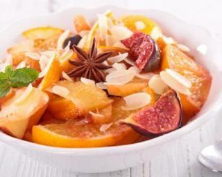 Salade de fruits Croq'Kilos aux oranges, figues, amandes et épices : http://www.fourchette-et-bikini.fr/recettes/recettes-minceur/salade-de-fruits-croqkilos-aux-oranges-figues-amandes-et-epices.html