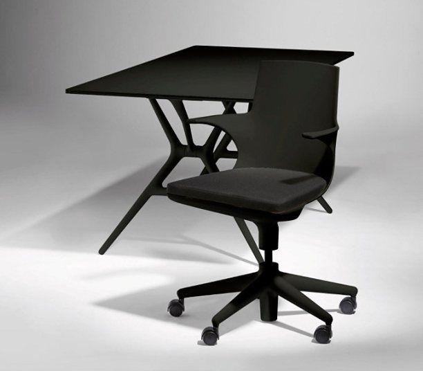 Merk: Kartell Model: Spoon Chair bureaustoel Design: Antonio Citterio Kleur: Stoel en zitkussen in zwart Aantal: 1 exemplaar  Normale prijs: € 477,- Het Design Entrepot Prijs € 386,-  •Website: https://hetdesignentrepot.wordpress.com •Bel+316 22999488 •Mail: info@hetdesignentrepot.nl