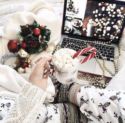クリスマスと言えば、イルミネーションデートやディナーデートですよね。でも、おしゃれを意識して薄着で行くと、寒くて凍えそうになることも。今回は、ディナーもお散歩もOK♡温かくて可愛いクリスマスコーデをご紹介します。