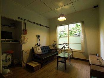 今年、築年数約100年の洋館アパートに引っ越し、入居してすぐにこの部屋に置くソファは何が良いかと考えたところ、思い浮かんだのがカリモク60のKチェアです。 そこで、京都にカリモク60のオフィシャルショップがあるということを知り、お店で実物のKチェアを見たところ、主張し過ぎない雰囲気とサイズ感。やはりこれしかないと思いました。  使い始めて4ヶ月。あまり広い部屋ではないので、Kチェアは窓を隠すことも部屋を圧迫することもなく、まさにぴったりのサイズです。毎日見てても見飽きないデザインであることを、日を重ねるごとに感じています。古い部屋の雰囲気にもとけ込み、何年も前から使っているような安心感があります。また、思っている以上に楽な姿勢で座れて、長時間本を読んでいても疲れることがありません。  カリモク60の普遍的なデザインは、一つのモノを大事に永く使い続ける日本の文化にとてもマッチしていると思います。今後も末長く愛用していきたいと思っています。20150711-1.jpg