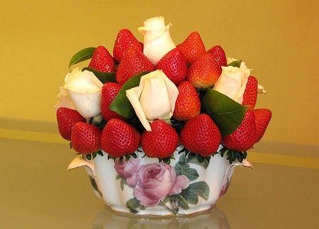 БУКЕТ.Ягоды клубники насаживаются на остроконечные деревянные шпажки (шампурчики для барбекю) по одной штуке на 1/2-2/3 размера. Живые или искусственные цветы и листочки всегда приятно дополняют фруктовые букеты. В конце застолья эти цветы можно подарить гостям на память